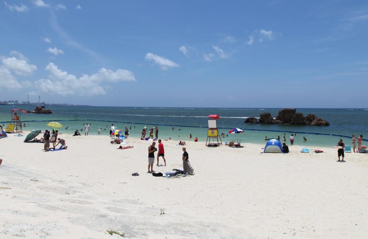 難破船がお出迎え!地元の人も多く訪れる安良波公園(アラハビーチ)
