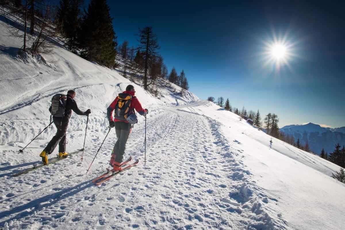 雪の中をゆっくり散策するスキーハイキング
