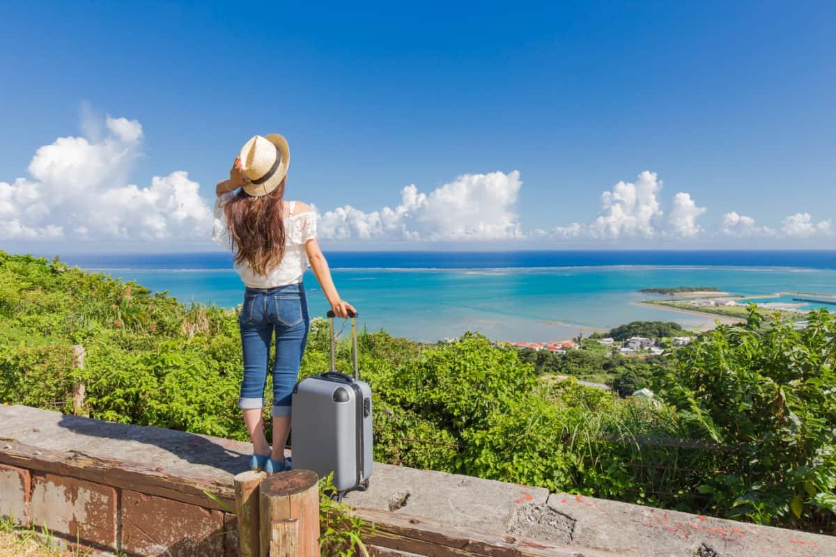 沖縄らしいフォトジェニックな風景が満載な竹富島で、贅沢な島時間を