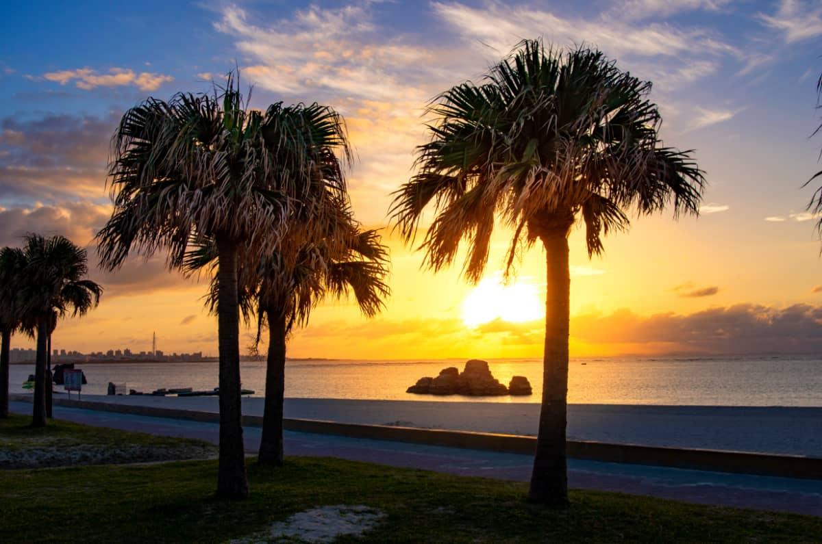 移りゆく空の色を眺めながら、海岸沿いを散策
