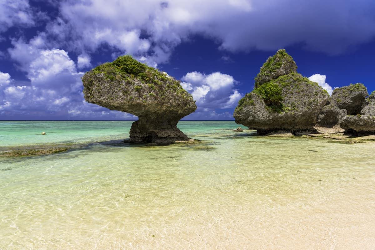 抜群の透明度と白い砂浜が魅力!リゾートホテルの設備が整ったニライビーチ