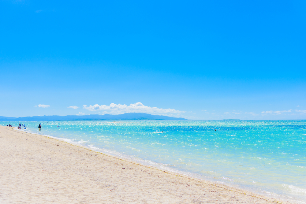 どこまでも透きとおる青い海とコーラルサンドの砂浜が広がるコンドイビーチ