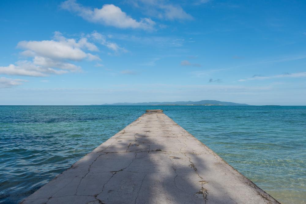 海へと長くせり出す桟橋で青い海と絶景の夕日を堪能できる西桟橋<